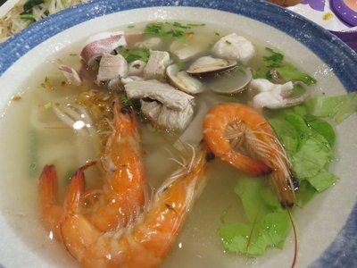 湯海鮮米粉,食材新鮮,份量十足。
