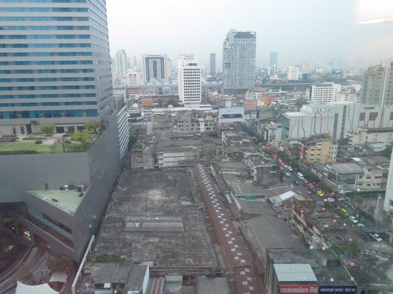 從照片上方的RachaPrarop站經過水門市場才到酒店