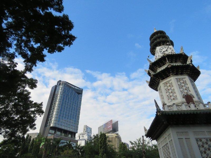 左邊是Sofitel So,右邊是公園鐘樓