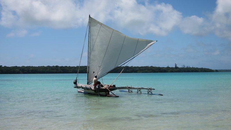 事發沙灘,船伕獨自離去