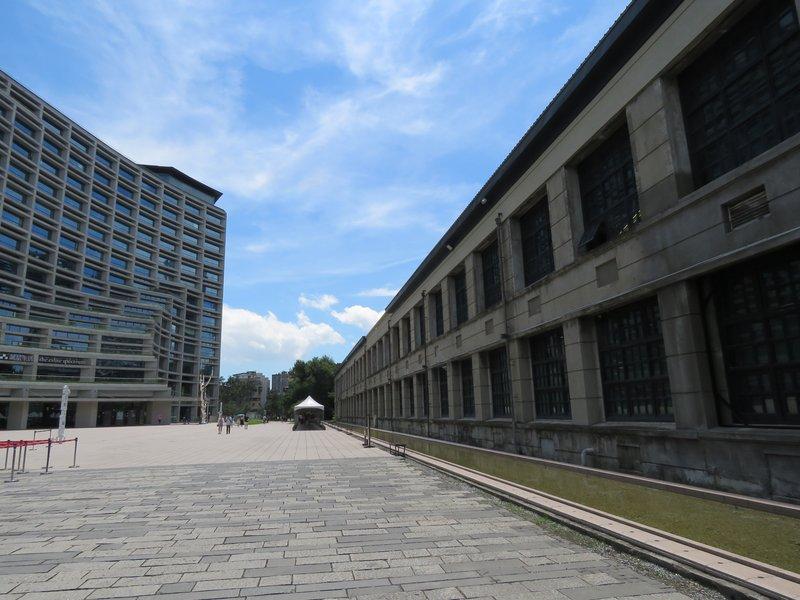 另一個亮點是文創園區附近的誠品, 兩個建築物互相輝影。