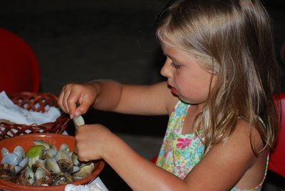 Olhos d'Agua, Nat attacks the clams from 'O Caixote'