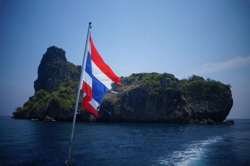 Drapeau Thaïlandais avec l'archipel de Ko Ha en fond