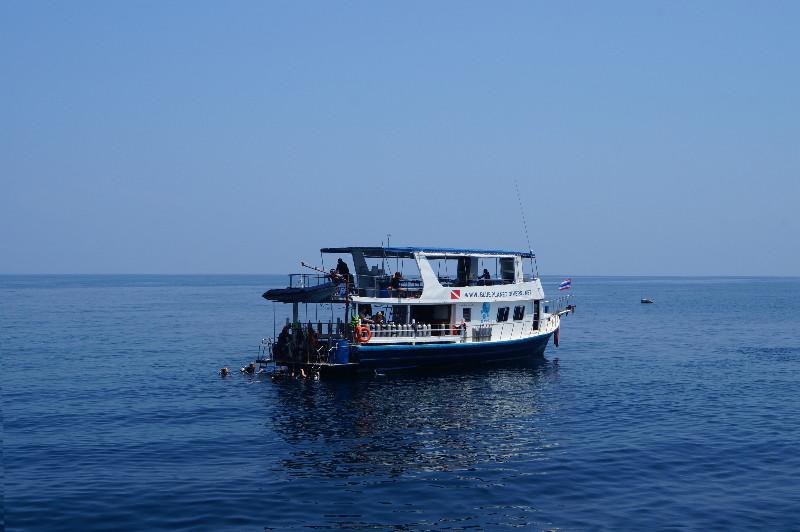 Bateau de plongée près de  Ko Ha