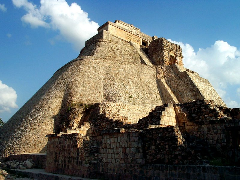 large_uxmal-pyra..mexicanwave.jpg
