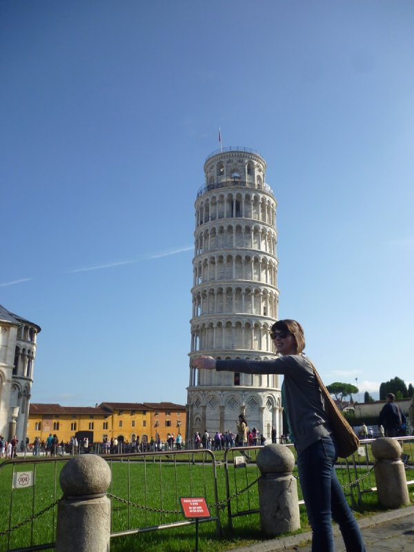 Jemma hugs the leaning tower of Pisa