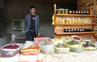 Spice Vendor in Lahic 5-23-2013 12-07-02 AM