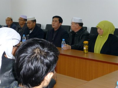 Interacting with Kunming Islamic Institute staff. 221013 (22)