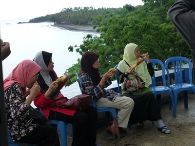 The ladies enjoying sweet roasted corn by Senggigi scenic road. 081213