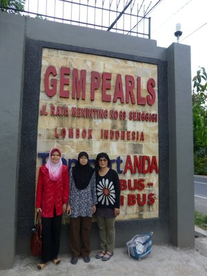 With Zah and Zarina at Pearl shop, Lombok, 061213