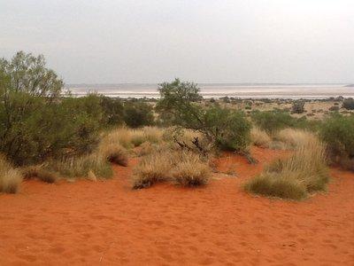 Een zoutmeer midden in de woestijn, in de red centre......