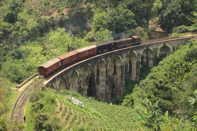 Train on the 9 Arches Bridge