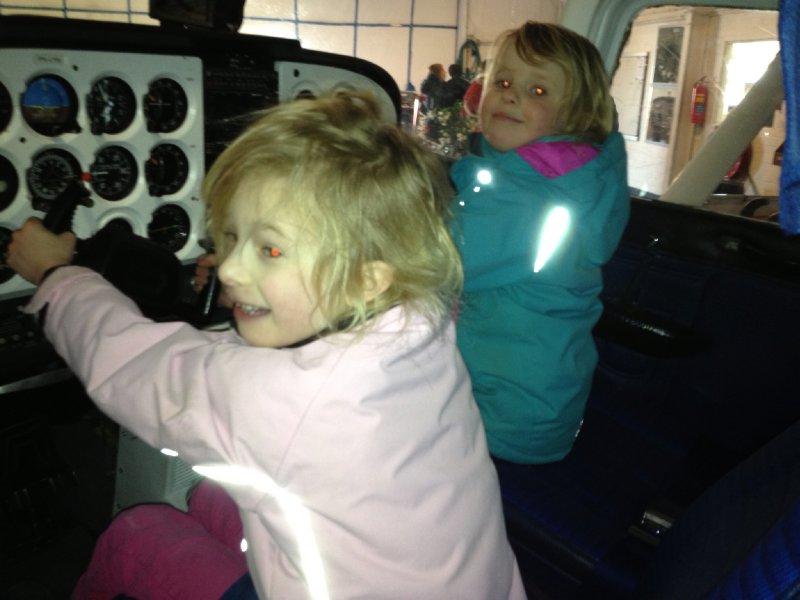 Melissa en Susanne mogen in een vliegtuig kijken (2)