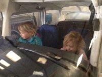 Melissa en Susanne mogen in een vliegtuig kijken (1)