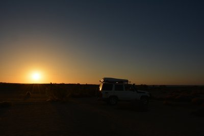 Lake Nubia- auto in ondergaande zon