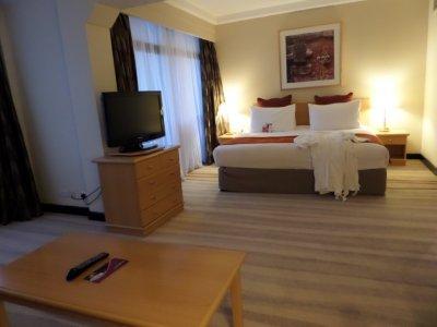 Crowne_Plaza_bedroom.jpg