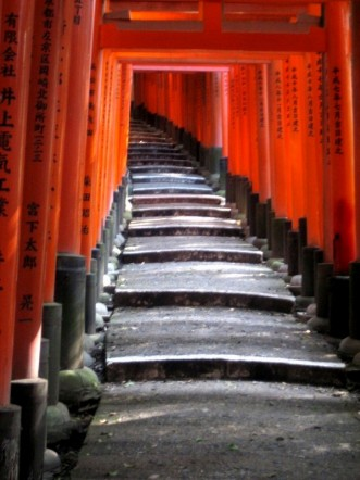Hundreds of gates form at dark road ahead (Fushimi Inari)