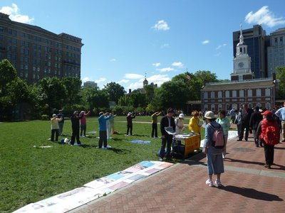 'Falun Dafa' being performed on the lawn in front of Independence Hall