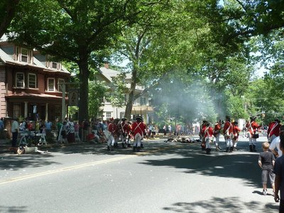 The British redcoats slowly advanced pushing the American bluecoats back up the Kings Highway