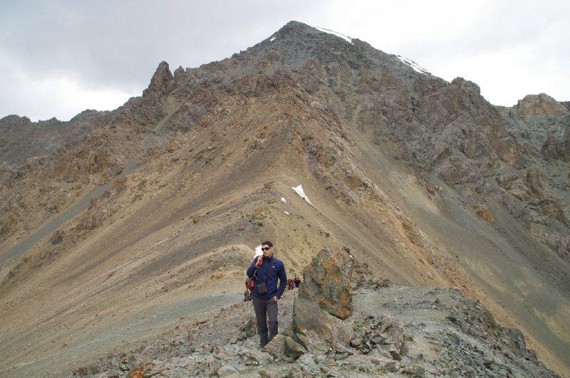 Vers le sommet du pic qui entour le lac Ala Kul