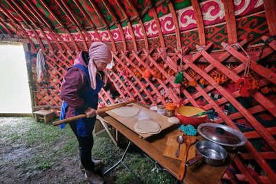 A Kyrgyz woman preparing the most delicious bread