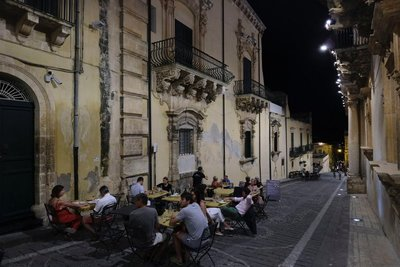 Outdoor Dining, Noto
