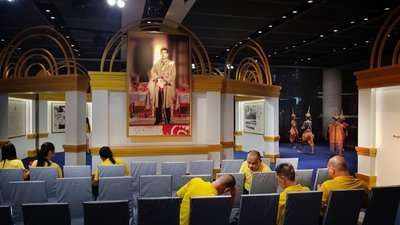 Photos of King Maha Vajiralongkorn everywhere