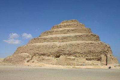Saqqara_stepped_pyramid.jpg
