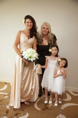 Sue, Lisa and the flower girls [img=https://photos.travellerspoint.com/579590/08A78C152219AC68170BC053A2A73435.jpg