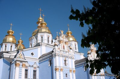 The main church of the monastery, built in either 1654–7 or 1108–13, was an important architectural and cultural monument. Originally it had three naves and three apses on the eastern side and was topped by a single large gilded cupola. It was rebuilt in
