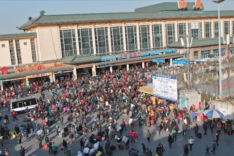 large_togstasjon_crowd.jpg