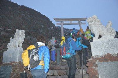 Zwei Löwen bewachen den Torii, durch den man gehen muss. Das Ziel ist erreicht! Der Fuji-san mit 3776 m.ü.M. ist erklommen! Zeit: ca. 04.40 Uhr.