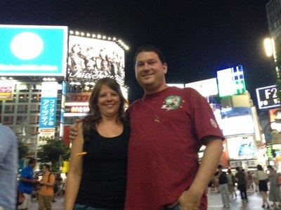 Die berühmte Shibuya Crossing in Tokio. Fussgänger überqueren aus allen Richtungen gleichzeitig die Strasse. Tag und Nacht gibt es immer Unmengen von Leuten hier. Samstag nachts um zehn war auf jeden Fall Züri-Fäscht-Stimmung.
