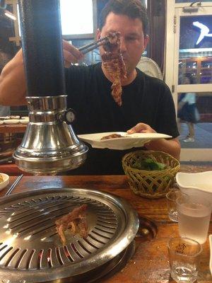Das Fleisch wird fachmännisch auf dem Grill drapiert ...
