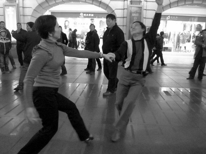 Dancing at Xangai streets