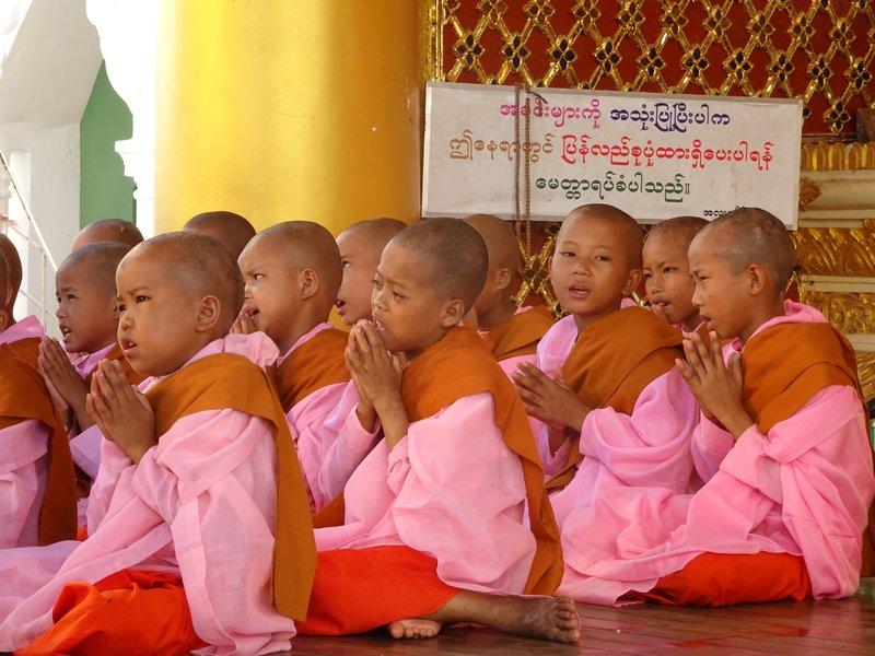 Les fillettes prient