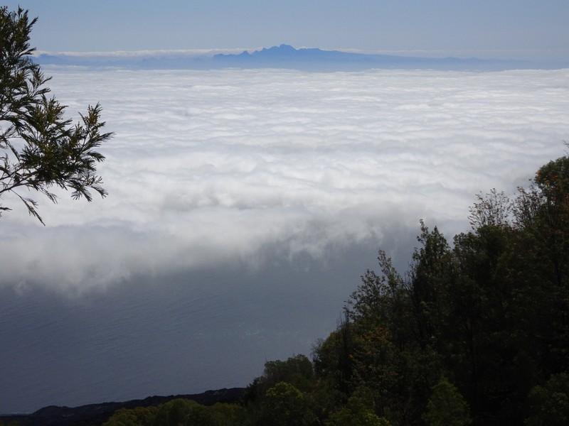 Vue sur l'île de Santiago depuis Fogo
