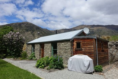 Gibbston Valley Cottage - and massive BBQ slightly detracting from the charm!