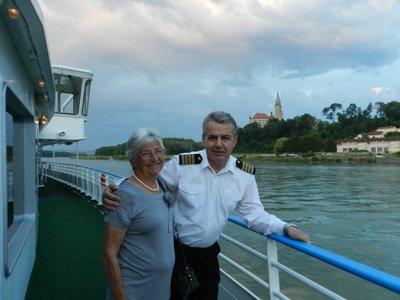 Mutti mit Kapitän vor dem Schloss Wallsee