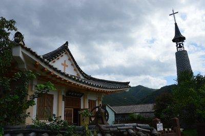 Die etwas tempelhaft anmutende Dorfkirche. Das Christentum ist in Südkorea weit verbreitet.