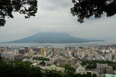 Blick über Kagoshima mit dem Hausvulkan Sakurajima.  Bei schlechter Laune nebelt er bisweilen die Stadt mit Schwefel ein.