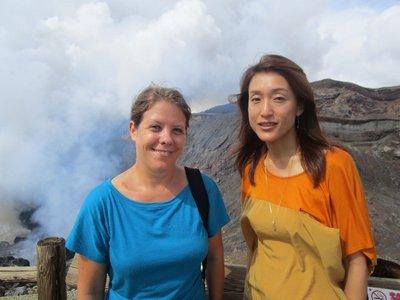 Mit unserer Gastgeberin auf Vulkantour beim Mount Aso.