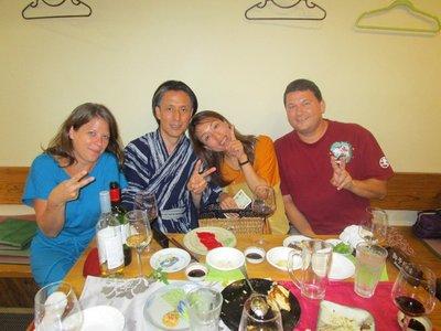Unser letzter Abend in Fukuoka mit unseren Gastgebern in einem Izakaya (Kneipe mit günstigem Bier, Sake und viel Häppchen).