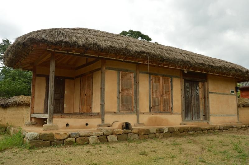 Ein traditionelles Lehmhaus mit Reetdach