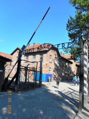 auschwitz_gate2.jpg