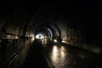 https://upload.wikimedia.org/wikipedia/commons/4/48/Homer_Tunnel.jpg