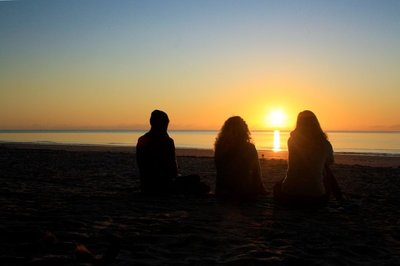 Girls_at_sunrise.jpg