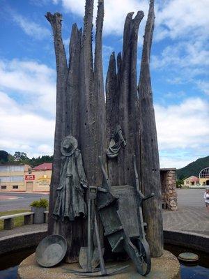 Queenstown_Statue1.jpg