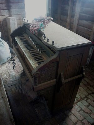 piano_in_shed_.jpg