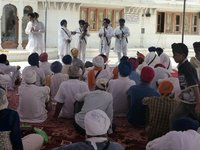 Betende Sikhs mit Turbanen